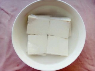 胡萝卜椒盐豆腐,加入水再豆腐中泡一下
