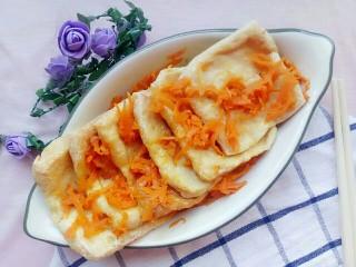 胡萝卜椒盐豆腐,炒好的胡萝卜盖上豆腐就可以了