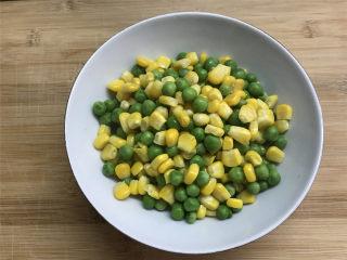 荸荠炒时蔬,捞出后控干水分待用。