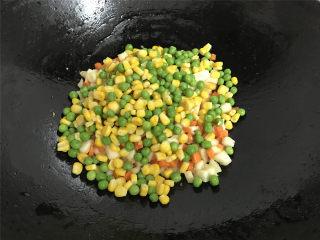 荸荠炒时蔬,接着把焯好水的玉米粒和青豆粒放进去一起翻炒均匀。