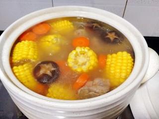 菌类料理+香菇玉米胡萝卜筒骨汤,这个是煲一个小时后的,