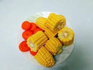 菌类料理+香菇玉米胡萝卜筒骨汤,玉米,胡萝卜洗净切好备用
