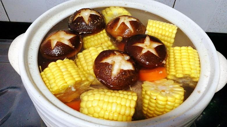 菌类料理+香菇玉米胡萝卜筒骨汤,将全部食材放入砂锅里,加水,盐,姜片
