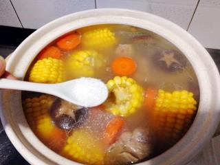 菌类料理+香菇玉米胡萝卜筒骨汤,加入味精,即可