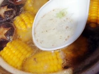 菌类料理+香菇玉米胡萝卜筒骨汤,煮开后撇去浮沫