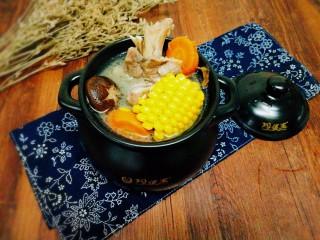 菌类料理+香菇玉米胡萝卜筒骨汤,成品图