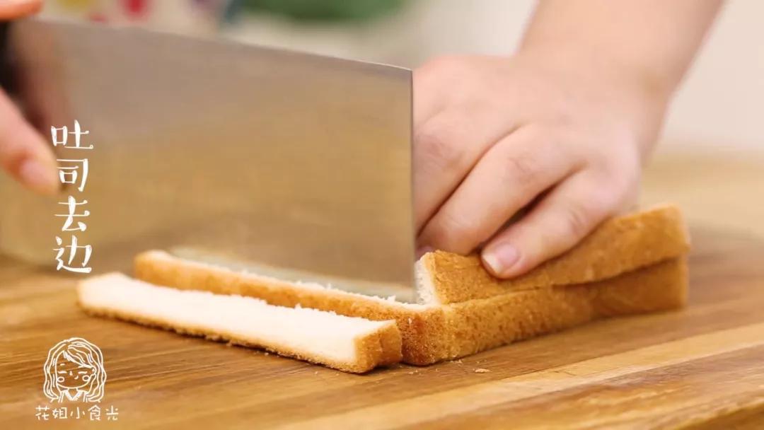 早餐西多士18m+,</p> <p>吐司去边~Tips:去掉的吐司边,可以用黄油煎一下,超好吃!