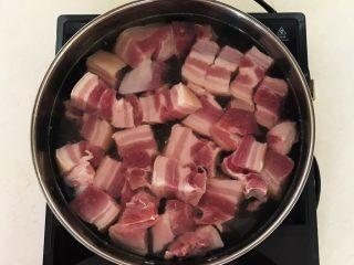 家常卤肉饭,锅里加入冷水,放入五花肉,大火烧开后焯水5分钟