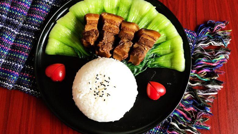 家常卤肉饭,家常卤肉饭做好了,有肉有菜还有饭,营养丰富,好吃又好看~