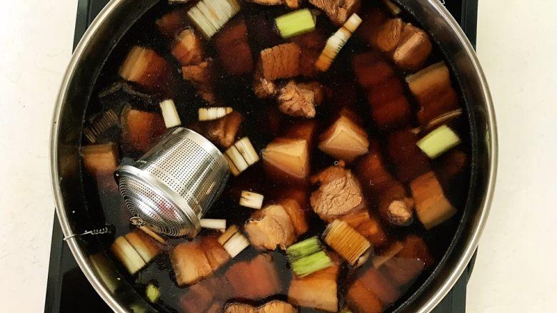 家常卤肉饭,加入开水,水量没过五花肉,放入调料盒