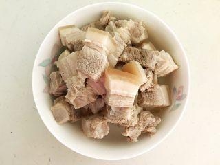 家常卤肉饭,把焯好的五花肉捞出来