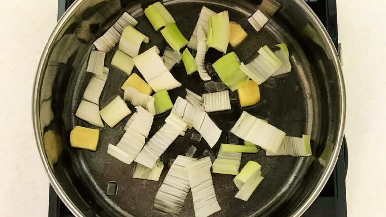 家常卤肉饭,炒至冰糖融化