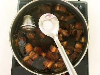 家常卤肉饭,加入2克精盐,调匀