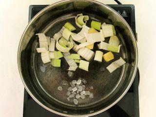 家常卤肉饭,炒锅烧热后加入1勺大豆色拉油,油烧热后加入葱段,姜片和冰糖