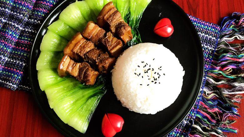 家常卤肉饭,在米饭上面撒上少许熟黑芝麻,再来两个小番茄,妥妥滴