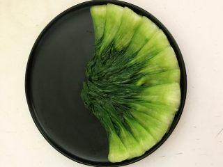家常卤肉饭,把油菜整齐的摆在盘子里
