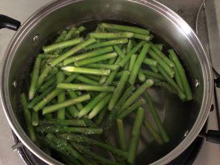 芦笋虾仁,汤锅水烧开,放少许盐和油,放入芦笋焯水