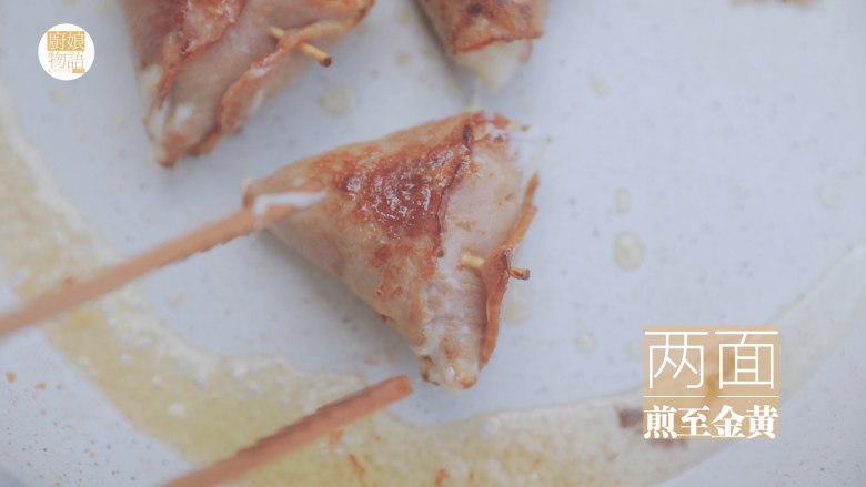 春の饭团的2+1种有爱做法「厨娘物语」,锅内热油,放入饭团煎至两面金黄夹出。