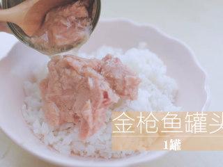 春の饭团的2+1种有爱做法「厨娘物语」,[圆圆金枪鱼饭团] 200g米饭倒入1个金枪鱼罐头、挤上20ml沙拉酱搅拌均匀。