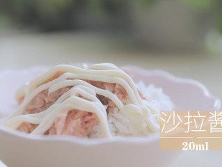 春の饭团的2+1种有爱做法「厨娘物语」,200g米饭倒入1个金枪鱼罐头、挤上20ml沙拉酱搅拌均匀。