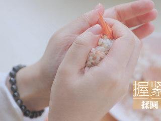 春の饭团的2+1种有爱做法「厨娘物语」,取20g米饭包入1只虾仁,握紧后揉圆。