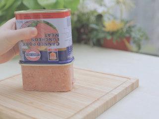 春の饭团的2+1种有爱做法「厨娘物语」,[方方午餐肉饭团] 午餐肉罐头打开倒出,均匀切片后对半切开,将海苔片剪成细条状备用。