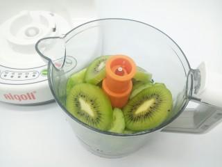 猕猴桃黄瓜汁,猕猴桃也陆续放辅料机,