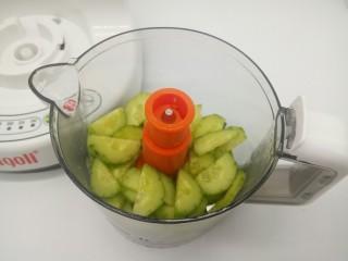 猕猴桃黄瓜汁,黄瓜块先放入辅料机