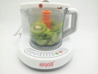 猕猴桃黄瓜汁,容器装到辅食机上