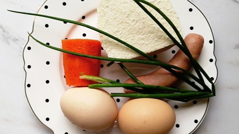 宝宝辅食—香肠馒头抱蛋,准备好食材