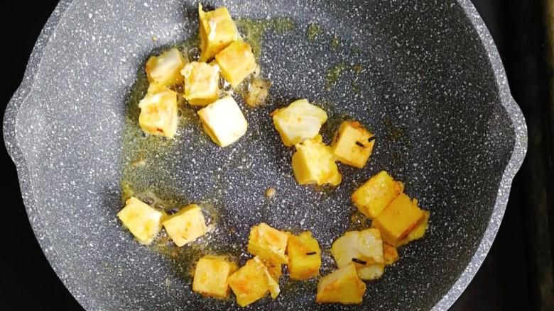 宝宝辅食—香肠馒头抱蛋,锅内少许油,放入浸满蛋液的馒头块,煎至金黄色