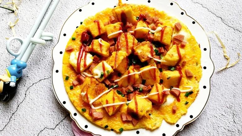 宝宝辅食—香肠馒头抱蛋,再挤上适量的宝宝番茄酱和蛋黄酱,超级好吃~