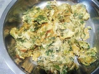 香椿炒鸡蛋,打三个鸡蛋入碗后放入香椿丁搅拌一起放油放盐放酱油后再次搅拌,最后锅烧热放油下去放入蛋液煎熟即可
