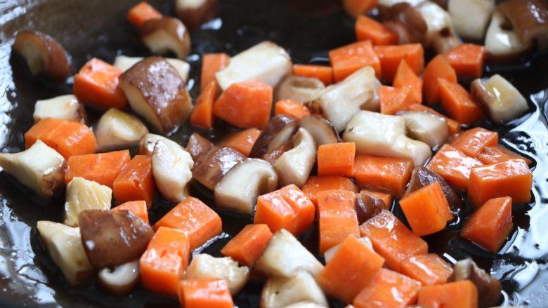 肉末豌豆炒时蔬,另起锅放入色拉油,倒入香菇、胡萝卜翻炒1分钟左右;