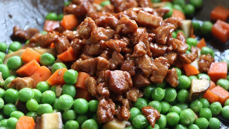 肉末豌豆炒时蔬,最后放入肉末翻炒均匀即可