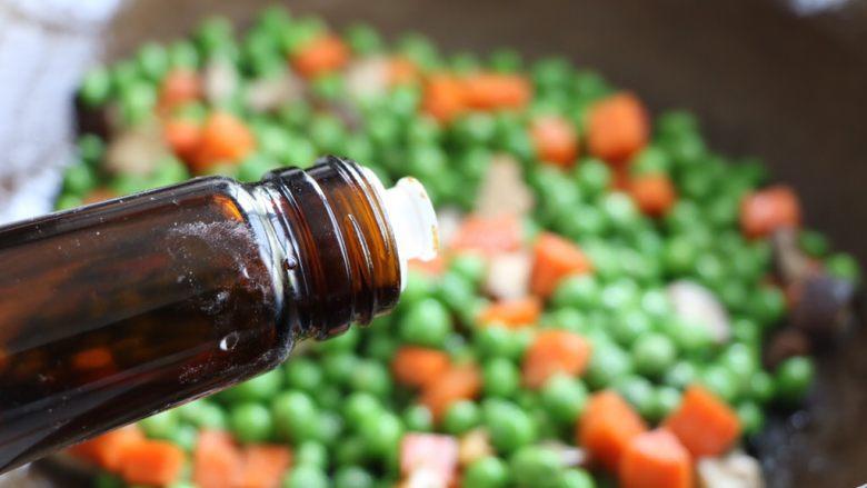 肉末豌豆炒时蔬,加入生抽