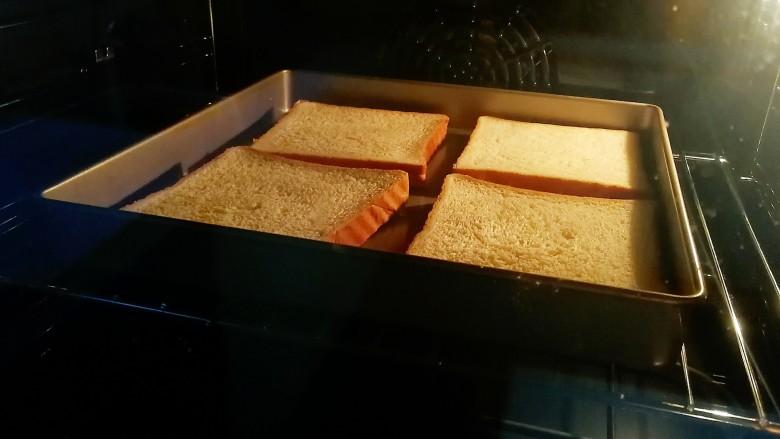野餐三明治,吐司片入烤箱,170度烤3分钟。