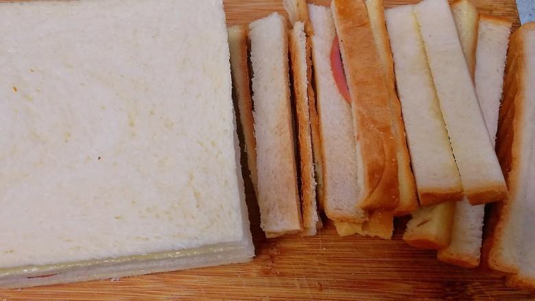 野餐三明治,稍稍压紧,用面包刀切去四边。