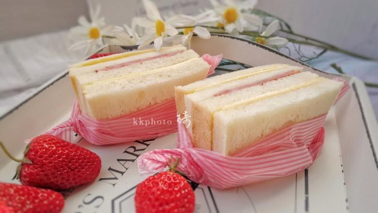 野餐三明治,从中间切开,包上包装纸,方便携带;或直接开吃。