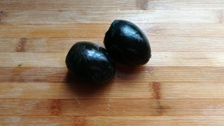 青椒拌皮蛋,皮蛋两个去壳,也切成小碎粒备用