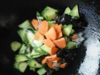 什锦黄瓜蛋,黄瓜片炒软加入木耳,银耳和胡萝卜片