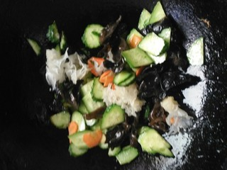 什锦黄瓜蛋,加入蘑菇鲜,生抽