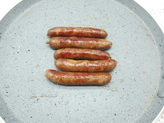 自制脆皮烤肠,煎至烤肠表面微黄即可。