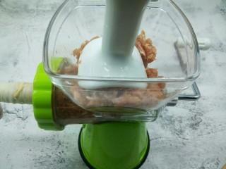 自制脆皮烤肠,上面的推肉器一边要不断的挤