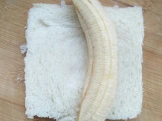 超简单的香蕉土司卷,香蕉去皮,尽量切的齐平。