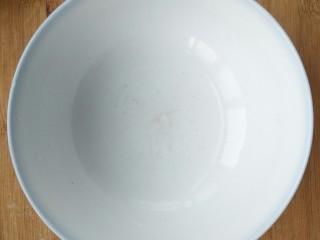 超简单的香蕉土司卷,取一个干净的碗。