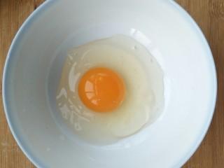 超简单的香蕉土司卷,磕入一个鸡蛋。