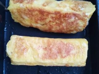 超简单的香蕉土司卷,接口处凝固后再把其它部分煎熟。
