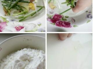 自制火腿肠,脆皮肠,姜切片,葱切段放入水中浸泡半个小时以上,然后反复抓捏葱姜,捞掉葱姜,制成葱姜水,倒入红薯淀粉,搅拌均匀备用。