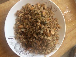 艾草青团,炒熟后放适量盐,盛碗备用